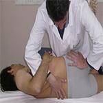 osteopata tratando la columna lumbar