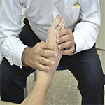osteopata tratando un pie
