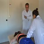 Pepe Soler observando una las prácticas de una alumna en una clase en la Escuela Universitaria de Osteopatía