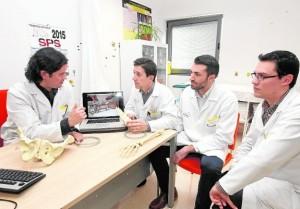 El doctor César Salcedo (1i) muestra a su equipo la imagen del póster científico que se presentará en abril en Marsella. / FRAN MANZANERA/AGM