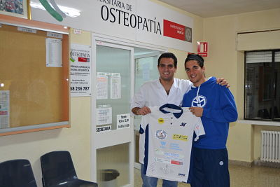 Jose David Sanchez entrega una camiseta firmada a la Escuela Universitaria de Osteopatía
