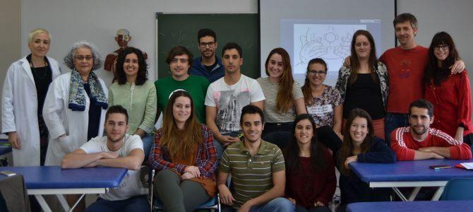 Foto alumnos de 1º con sus profesoras de Osteopatía Craneal, la Dra. Amaia Iturburu y Elena Beltrán
