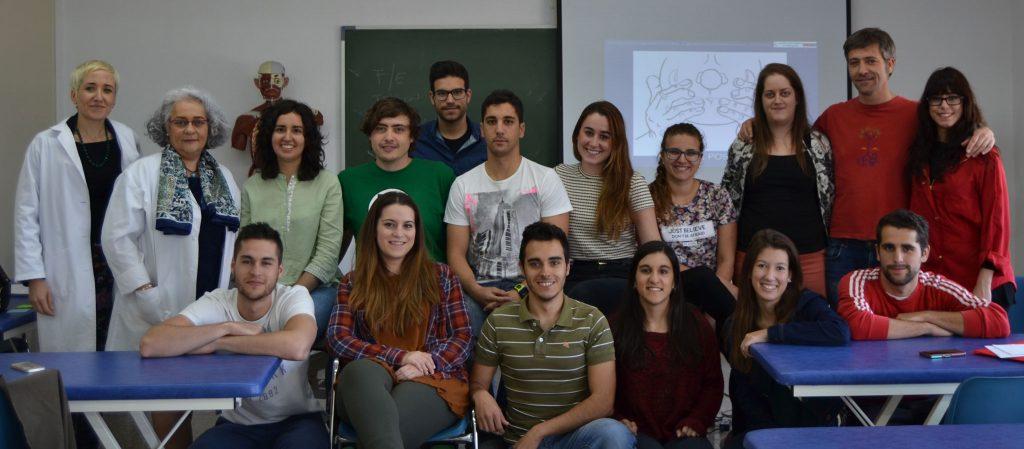 Los alumnos de 1º con sus profesoras de Osteopatía Craneal, la Dra. Amaia Iturburu y Elena Beltrán