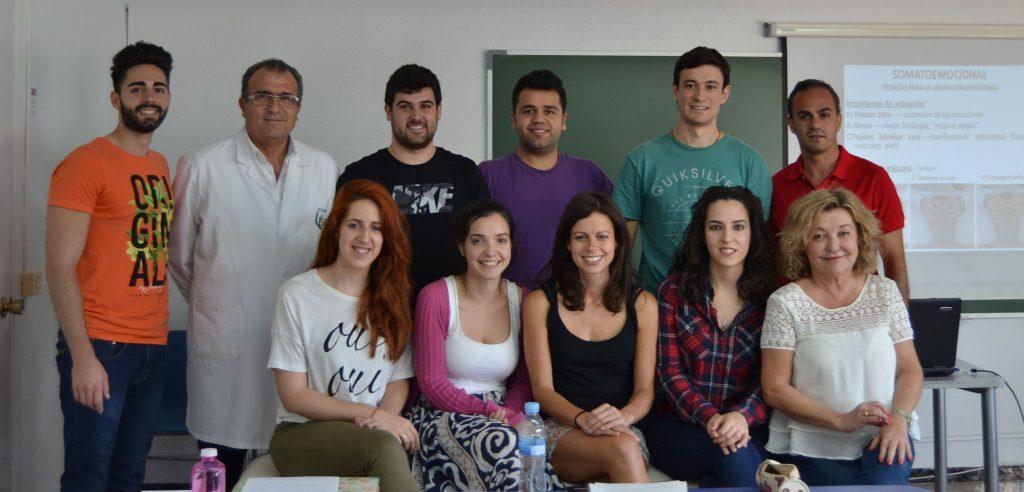 Los alumnos de 2º con el profesor Pepe Soler durante el seminario en el que aprendieron las alteraciones psicosomáticas y su tratamiento osteopático