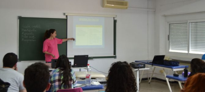 Alumnos de 2º atienden atentamente a la profesora Belén Pedrón que les explicó las consecuencias que tiene la alimentación sobre el organismo