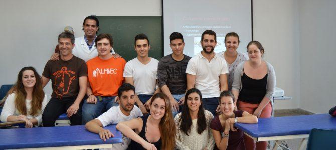 Los alumnos de 1º con el profesor José A. Soler García durante el seminario de Exploración y Tratamiento de la Columna Cervical Alta